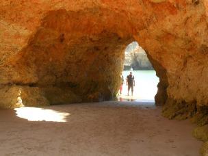 """""""Porta"""" em rocha na praia dos Três Morros, Portimão, Portugal."""