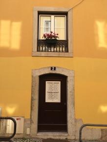 Porta e janelas lisboetas.