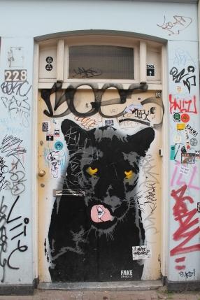 Grafite em porta, Amsterdã, Holanda.