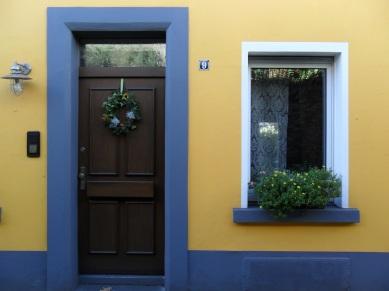 A tinta como moldura da porta e da janela em Duisburg, Alemanha.
